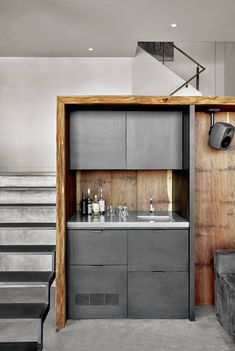kitchenette mini bar armoires patinées inox et bois brut #interiordesign #design #interiors