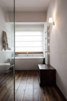Vasca sotto finestra quadro : Bagno in stile classico di Melissa Giacchi Architetto d'Interni