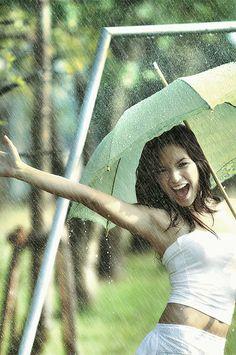 Senior pictures in the rain. Senior pictures with umbrella. Senior pictures in water. #rainseniorpictureideas