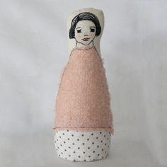 Muñeca de tela y cara bordada.