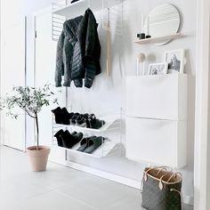 Zone d'entrée blanche avec deux armoires à chaussures 'Trones' Ikea @ mz. - - Zone d'entrée blanche avec deux armoires à chaussures 'Trones' Ikea @ mz.