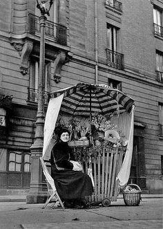 Creative, Clever & Industrious................Fleuriste Place St. André des Arts Paris 1949 ©Izis Bidermanas