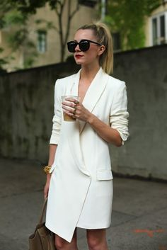 casual chic outit / stylish women / white blazer dress / ponytail /