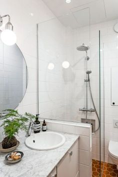 """70-luvulle jämähtänyt 1900-luvun alun kaksio sai tyylipesun: """"Oli itsestään selvää kunnioittaa remontissa rakennusaikakautta"""" - Deko Bathtub, Mirror, Bathroom, Furniture, Home Decor, Deco, Standing Bath, Washroom"""