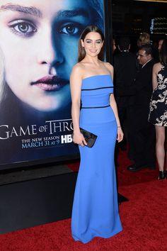 Emilia Clarke con un vestido azul eléctrico palabra de honor deVictoria Beckhamen la premiere de la tercera temporada deJuego de Tronos.