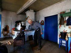Ivan Shamyanok, de 90 anos, diz que o segredo para a longevidade é não abandonar sua terra natal; ele mora em vilarejo na zona de exclusão criada após o desastre de Chernobyl, em 1986 (Foto: REUTERS/Vasily Fedosenko)