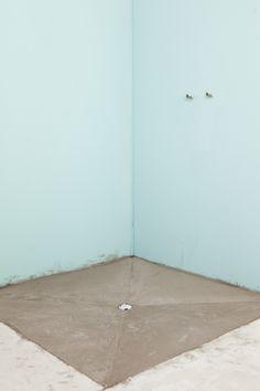 Installer une douche a l'italienne soi-meme Bathroom With Shower And Bath, Bathroom Drain, Plumbing Drains, Diy Home Repair, Diy Bathroom Remodel, Decoration, Bedroom Decor, Outdoor Decor, Design