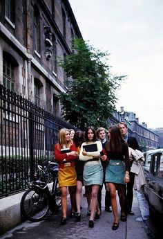 Sixties — report on the mini skirts in the streets of Paris… RE/DONE The Denim Mini Skirt 60s And 70s Fashion, Retro Fashion, Vintage Fashion, Gothic Fashion, Vintage Paris, Richard Iii, Moda Retro, Swinging London, Magazine Mode