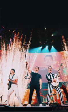 Jonas Brothers, Hollywood, Nick Jonas, Shawn Mendes, Celebrity Photos, Music Artists, Boy Bands, Hot Guys, Beautiful People