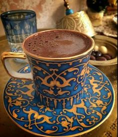 Turkish coffee in a fabulous cup.turkishstyleg… Turkish coffee in a fabulous cup. I Love Coffee, Coffee Break, My Coffee, Morning Coffee, Coffee Cafe, Coffee Drinks, Café Latte, Chocolates, Café Chocolate