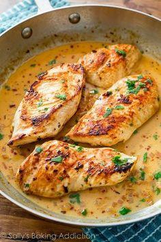 Pollo al sartén con salsa cremosa de lima y cilantro | 27 Cenas de poco estrés que puedes preparar en una cacerola