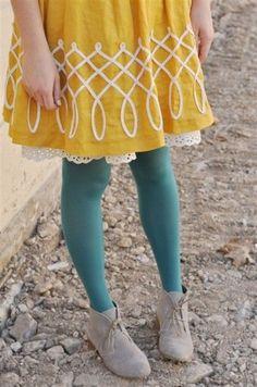 Look com meia-calça colorida