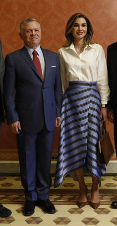 Queen Rania of Jordan Styles the Scarf Skirt Like a Royal Boss Summer Outfits, Casual Outfits, Fashion Outfits, Royal Clothing, Queen Rania, Casa Real, Work Wardrobe, Royal Fashion, Modest Dresses