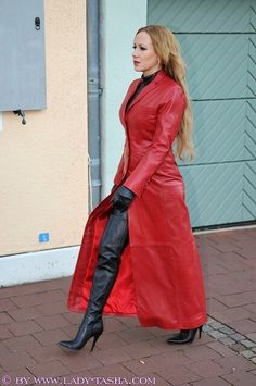 Cuir latex & plus Sexy Outfits, Crazy Outfits, Celebrity Outfits, Long Leather Coat, Leather Trench Coat, Black Leather Dresses, Sexy Stiefel, Black High Boots, Leder Outfits