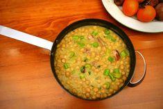 Ξέρω. Είσαι στην παγωνιά και ο νους σου πάει πρώτα σε σούπα και μετά στα ρεβίθια. Πώς ρεβίθια όμως, αφού τα έχεις ξερά στο ντουλάπι και σου λείπουν 12 τουλάχιστον ώρες για να τα κάνεις μαγειρεύσιμα; Indian Food Recipes, Ethnic Recipes, Chickpeas, Spices, Veggies, Traditional, Cooking, Kitchen, Spice