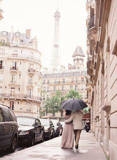 Abbracciati stretti, fiato nel fiato sotto la pioggia protetti dal un solo ombrello. E a casa prepararsi un vin brulè per la gola. I golf per lei e poi ancora baci...