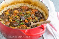 Dutch oven beef stew - The beef in this homemade beef stew is so tender and just melts in your mouth! Beef Bourguignon, Classic Beef Stew, Beef Recipes, Cooking Recipes, Cafeteria Food, Beef Stew Meat, Beef Broth, Homemade Beef Stew, Cooking Wine