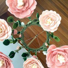 Vivero de flores araña móvil Blush blanco rosa Fieltro