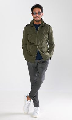 Without any doubt, you'll look extra stylish in an olive military jacket and grey dress pants. Go ahead and go for a pair of white leather low top sneakers for a more laid-back aesthetic. Costume Beige, Costume Gris, Looks Style, Casual Looks, Look Fashion, Mens Fashion, Runway Fashion, Fashion Trends, Moda Men