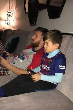 Leo Messi with his cute son Thiago 😍 Cr7 Vs Messi, Messi Fans, Messi And Ronaldo, Messi 10, Neymar, Messi Team, Messi And Wife, Football Messi, Lionel Messi Family
