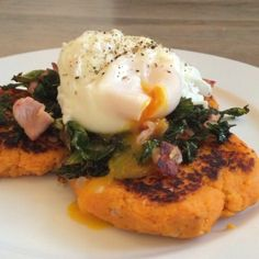 Wow  now that's what I call a morning #FoodBoner  Give this a go. Sweet potato hash browns with bacon, kale and poached eggs #FatsMeUp  #Leanin15