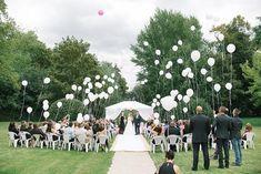 Comme mes mariés Aurélie et Tony, faites un lâcher de ballons pour rendre hommage aux disparus pendant la cérémonie laïque - Crédit : Dans un regard // THE cérémonie. (Plus d'idées sur THE cérémonie)