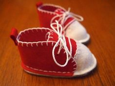 Hand-stitched felt baby bootie tutorial and free pattern Sewing For Kids, Baby Sewing, Diy For Kids, Designer Baby Shoes, Felt Baby, Baby Slippers, Shoe Pattern, Crochet Baby Booties, Baby Boots