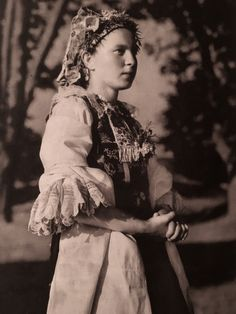 Young girl in Slovakian national costume. In Madunice lived and worked the poet Ján Hollý. Folk Costume, Costumes, Album, Historical Clothing, Vintage Pictures, Beautiful Patterns, Fashion History, Traditional Dresses, Old Photos