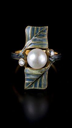 ルネ・ラリック《葉のプリカジュール》 1900年頃 真珠、ダイヤモンド、エナメル、金 国立西洋美術館 橋本コレクション Photo:上野則宏