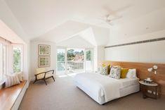 Chambre à coucher au lit double situé à l'étage de cette maison de charme