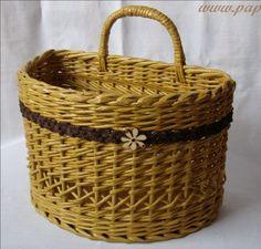 Tejiendo en los periódicos. Modelo interesante para las cestas.