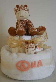 Practica y bonita tarta de pañales coronada por peluche de Jirafa. Les…