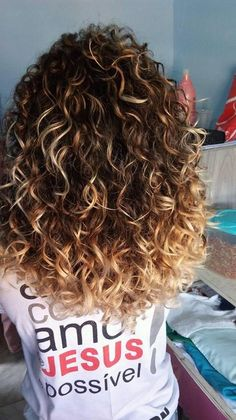 Awesome 45 Creative DIY Curly Hairstyle Ideas. More at https://wear4trend.com/2018/04/15/45-creative-diy-curly-hairstyle-ideas/