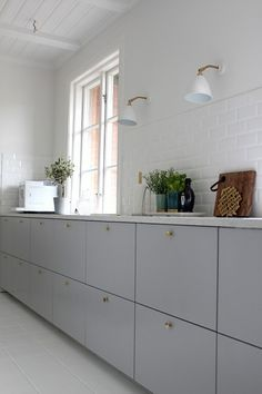 Ikea Metod Veddinge grey cabinet doors with brass door knobs. Wish this is… Ikea Metod Veddinge grey cabinet doors with brass door knobs. Interior Desing, Interior Modern, Kitchen Interior, Interior Architecture, Kitchen Ikea, Kitchen Dining, Kitchen Decor, Kitchen White, Kitchen Door Knobs