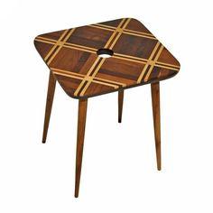 Mesa lateral Petit parquet A, tampo produzido com reuso de parquets de madeira nobres maciças como imbuia, pau-marfim, cedro e jacarandá. Coleção limitada.