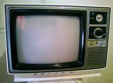 NOMBRE:Televisor antiguo Royal.   PROPIETARIO:Juvenal Molano Bolivar.  ÉPOCA: 1984.   MEDIDAS:35 cm de alto,50 cm de ancho. HISTORIA :Fue el primer televisor comprado por mi abuelo, éste televisor lleva en la familia 28 años y aún funciona perfectamente. AUTOR: Cristian Perez. Grado:8-06.
