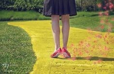 """Buenos días!!! Feliz como una perdiz de colaborar en el blog de Good Mood la revista digital con píldoras de buen rollo.  Espero que te guste el artículo que he escrito sobre """"la madre del cordero"""" en redes sociales: EL PLAN! Asi que ponte los zapatos de Dorothy en el Mago de Oz  para empezar a seguir el camino de tu Social Media Plan! . Follow the yellow brick road"""