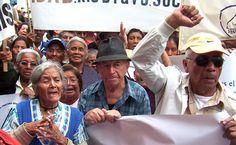 Agosto 2009. Abuelitos manifestaron frente al Congreso de la República para que los diputados aprobaran la Ley del Adulto Mayor.