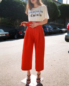 Red high waisted culottes and a statement t-shirt. Mode Style, Style Me, High Waisted Culottes, Outfit Vestidos, Look Fashion, Fashion Outfits, Fashion Scarves, Looks Street Style, Red Pants