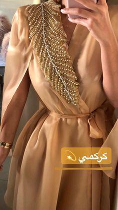 Abaya Style 708120741385751368 - Source by ladyaugust Arab Fashion, Muslim Fashion, Modest Fashion, Look Fashion, Fashion Dresses, Fashion Clothes, Fashion Design, Mode Outfits, Dress Outfits