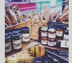 Namaste les Sucrées  La tête dans les Olives Le restaurant qui n'a qu'une table  Casanova en personne habite cette petite boutique verte. Il est brun sicilien et se prénomme Cédric. Sur les étagères aux accents insulaires ses bouteilles d'huile d'olives sont protégées par une statuette de la Madone. Au milieu de la salle une seule et unique table où s'entrechoquent olives Charnues câpres aux zestes d'orange rouleaux de carottes à la menthe et au pecorino et autres merveilles à la…