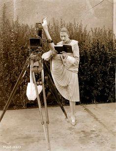 Шарлотта Гринвуд, звезда Метро-Голдвин-Майер на съемках в перерыве между сценами с ее участием, 1928