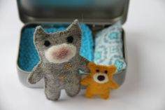 CAT TOY in a TIN, Busy Bag, Felt Mouse, Pocket Toy, Travel Toy, Altoid Tin, Travel Tin Toy, Matchbox Doll, Keepsake for Kids di PETITmiracles su Etsy https://www.etsy.com/it/listing/205069812/cat-toy-in-a-tin-busy-bag-felt-mouse
