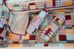 Kit de Berço utilizando a técnica Nine Patch Desconstruído contendo 7 peças: 4 protetores laterais, dois rolinhos e 1 manta dupla face.