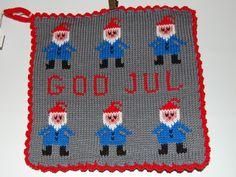 De här grytlapparna är stickade på en rundsticka och har samma mönster på båda sidorna. Potholders, Crochet, Advent, Knits, Textiles, Kids Rugs, Knitting, Pattern, Christmas