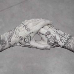 Actualmente los tatuajes en la mano son cada vez más populares. Los tatuajes de mano son cada vez más comunes. Atrás quedaron los días en que los tattoos en la mano se llevaban solo por criminales y prisioneros. En la actualidad, muchas celebridades desde Rihanna hasta David Beckham, llevan... Hand Tattoos For Guys, Finger Tattoos, Body Art Tattoos, Small Tattoos, Sleeve Tattoos, Tattoos For Women, Men Tattoos, Tatoos, Mens Hand Tattoos