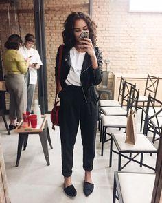 look do dia com t-shirt estampada, calça alfaiataria e jaqueta de couro fake são praticamente meu uniforme; básico e versátil