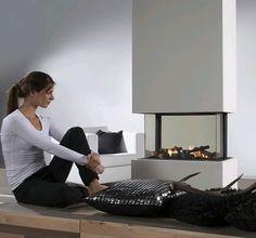 Element4 360. De Element4 360 combineert een tunnelhaard met een driezijdige gashaard. Dankzij de vierzijden zicht is de Element4 360 uniek in de haardenbranche. Dankzij de kleine spijlen heeft u altijd een schitterend zicht op het vuurbeeld, en zal de gashaard een speciale eyecatcher worden in uw interieur. #Kampen #Fireplace #Fireplaces #Interieur #Kachelplaats