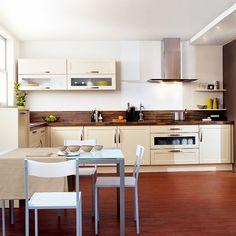 9-bucatarie moderna mobila crem si maro nuanta lemn