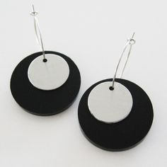 Örhängen i plexiglas och aluminium. Earrings made of plexiglass and aluminium.